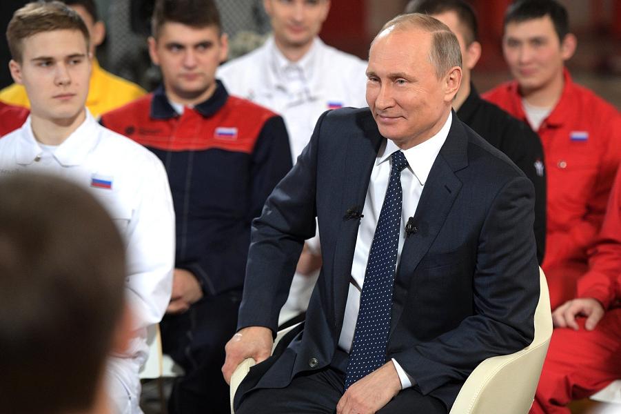 Путин во время беседы с рабочими предприятия «Этерно» в Челябинской области, 5.12.16.png