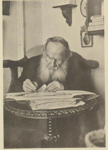 Л.Н. Толстой за работой.jpg