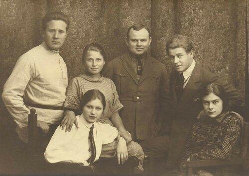 С.А. Есенин среди родных и друзей..jpg