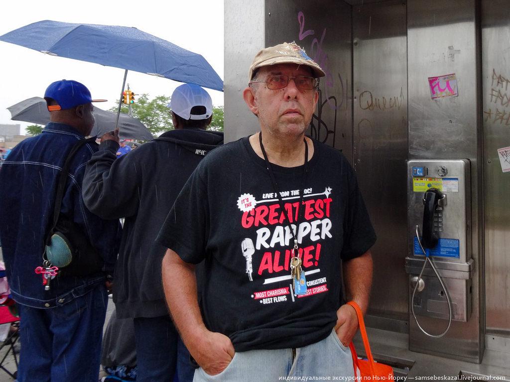 13. Надпись на футболке: «Величайший рэпер из ныне живущих!»