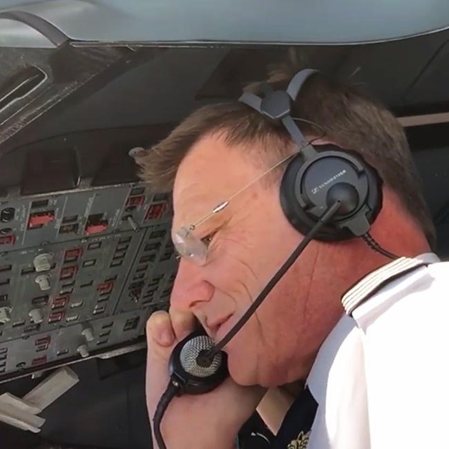© Qantas / Facebook.com  Оказалось, что наборту летит его девушка Ана. Погромкой связи пилот