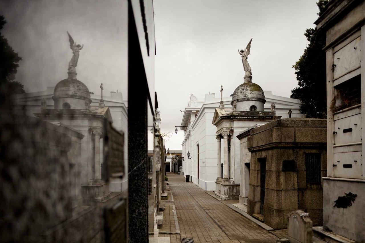 Кладбище Реколета напоминает миниатюрный призрачно-бледный город в самом центре Буэнос-Айреса. Самая