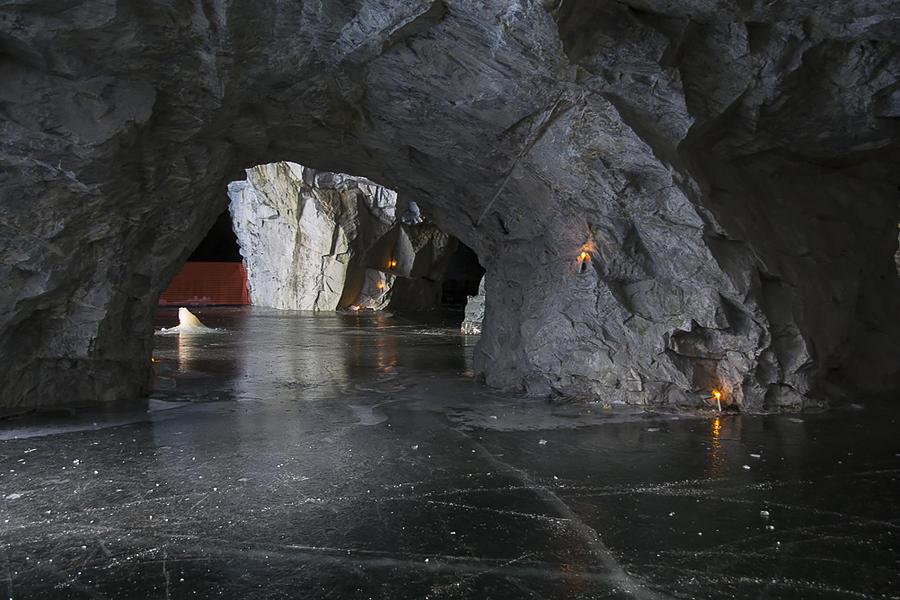 27. Интереснейшее место. Можно подолгу разглядывать древние узоры сводов, силуэты ледяных сталактито