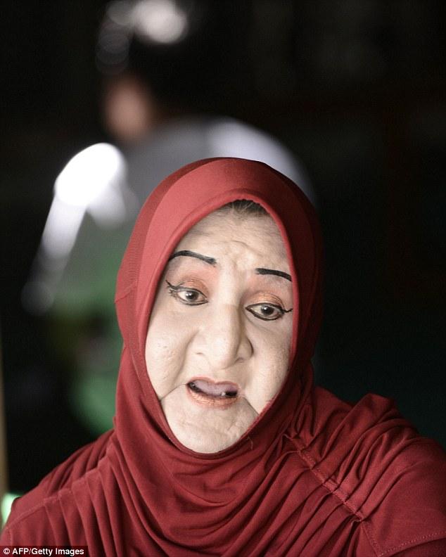 В Индонезии заставили закрыться мусульманскую школу-интернат для трансгендеров (11 фото)