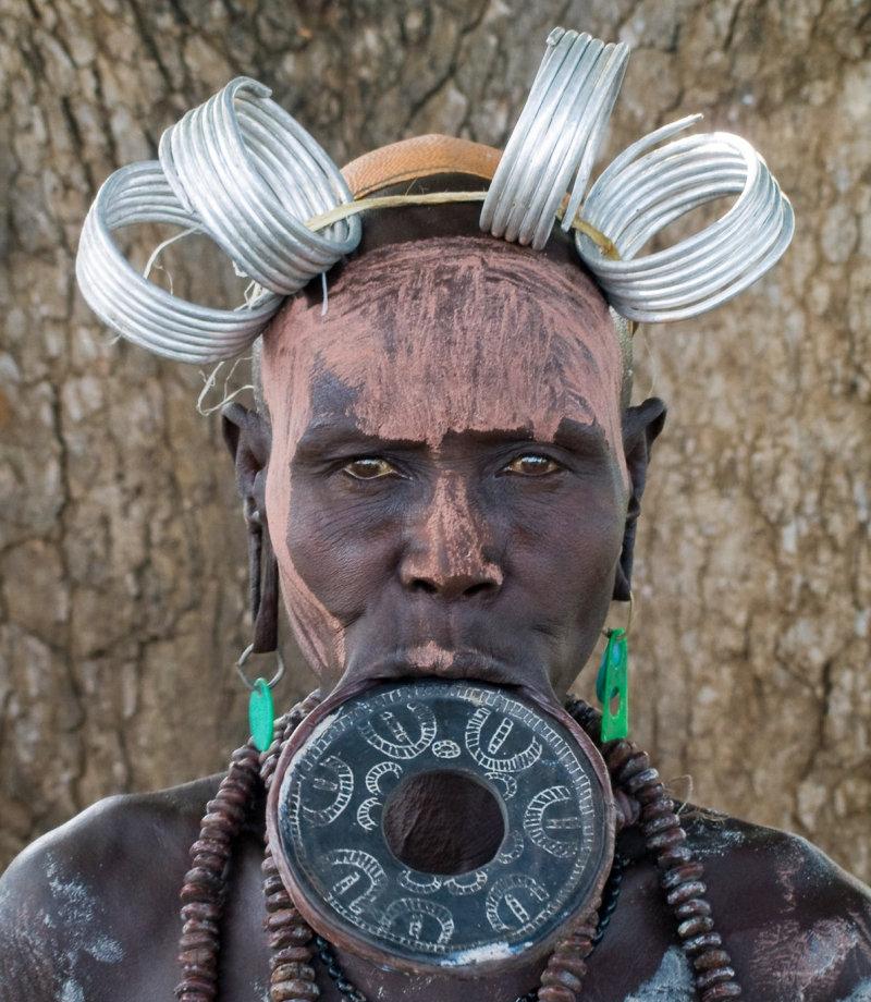 В эфиопском племени мурси традиция удлинять нижнюю губу имеет древние корни. Археологи находили