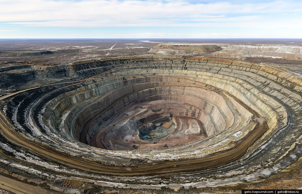 Для транспортирования руды и вскрышных пород используются автосамосвалы большой и особо большой
