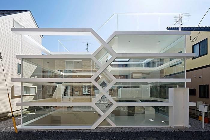 Жизнь на виду в необычном стеклянном доме