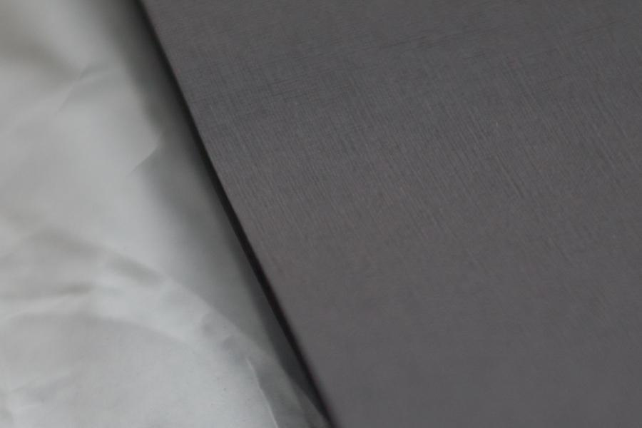 31. Станок представляет собой два вала, между которыми прокатывается картон. Поверх картона кладётся