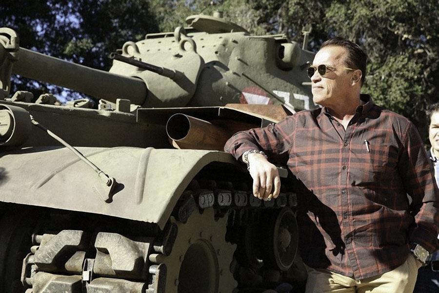 Много лет спустя Железный Арни разыскал тот самый танк, на котором служил, выкупил его и поставил у