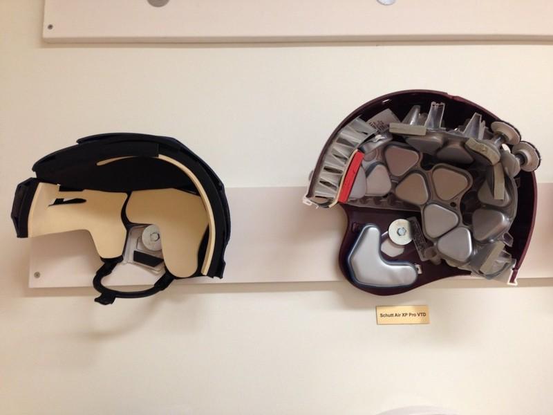 2. Хоккейный шлем и шлем для американского футбола ( reddit.com )