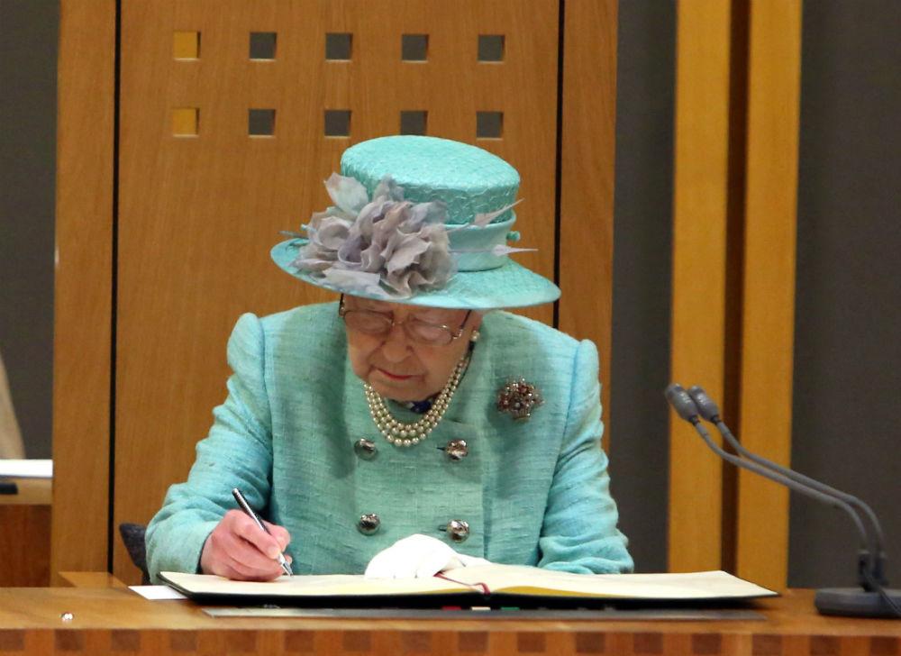 Члены королевской семьи не голосуют Причина, по которой королевская семья не отдает предпочтение ком