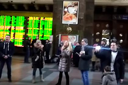 Песенный флешмоб вДНР: граждане Донецка исполнили советскую песню «Подмосковные вечера»
