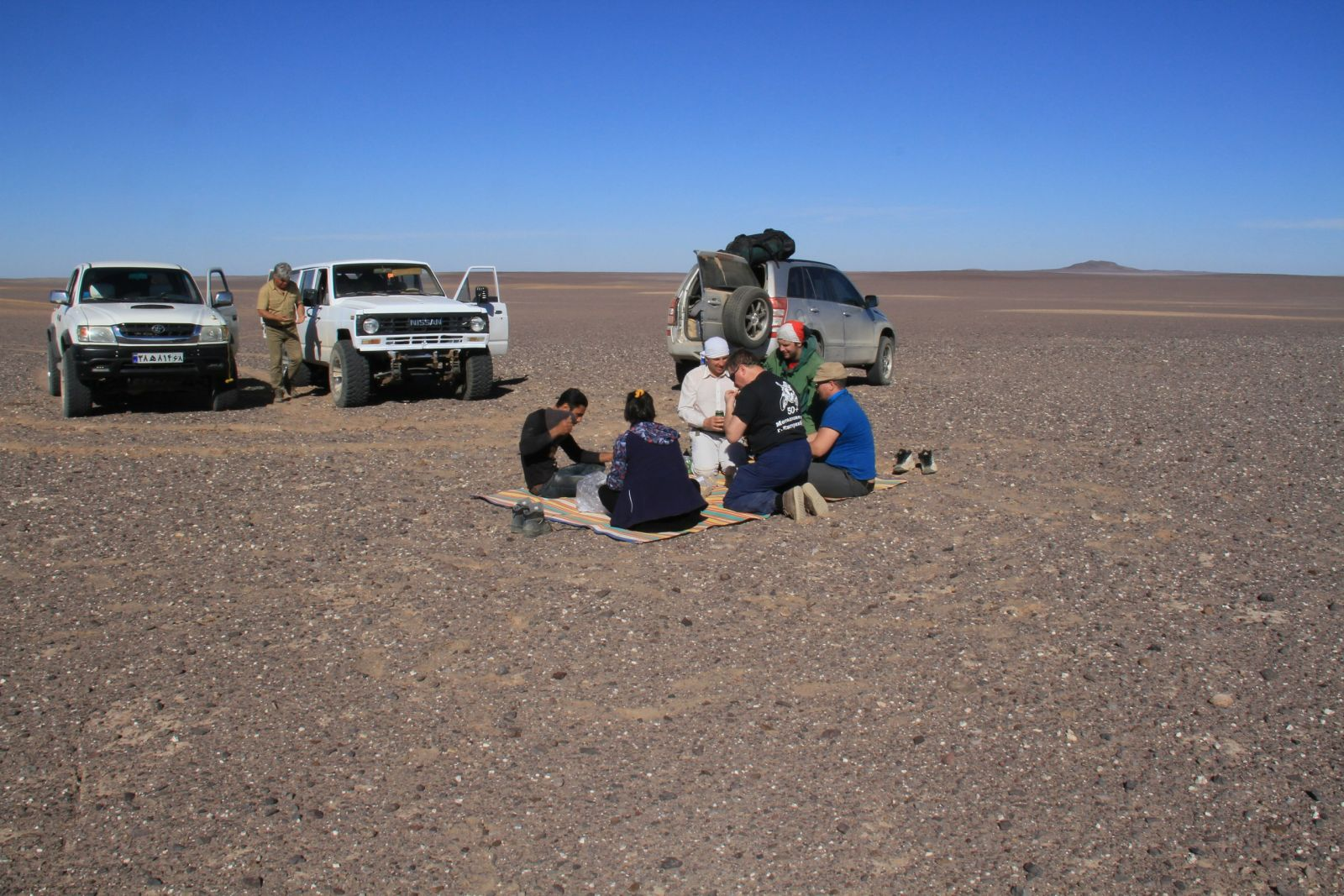 Уральские ученые собрали порядка 12кг вероятных метеоритов впустыне Ирана