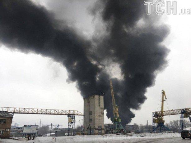 Cотрудники экстренных служб локализовали пожар наскладе горюче-смазочных материалов вКиеве