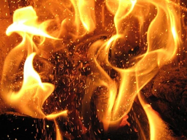 Киевские cотрудники экстренных служб потушили пожар наскладах наПодоле