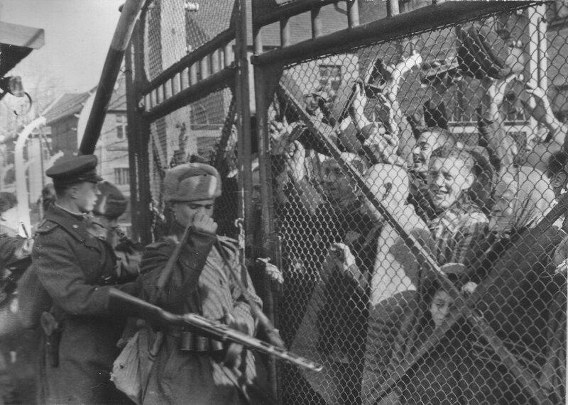 Советские солдаты открывают ворота концлагеря Освенцим (Аушвиц 1), освобождая заключенных