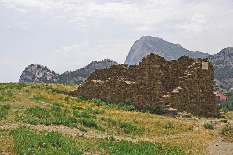 Руины казарм войск русского гарнизона