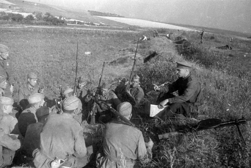 Бойцы Степного фронта слушают политинформацию. 43.jpg