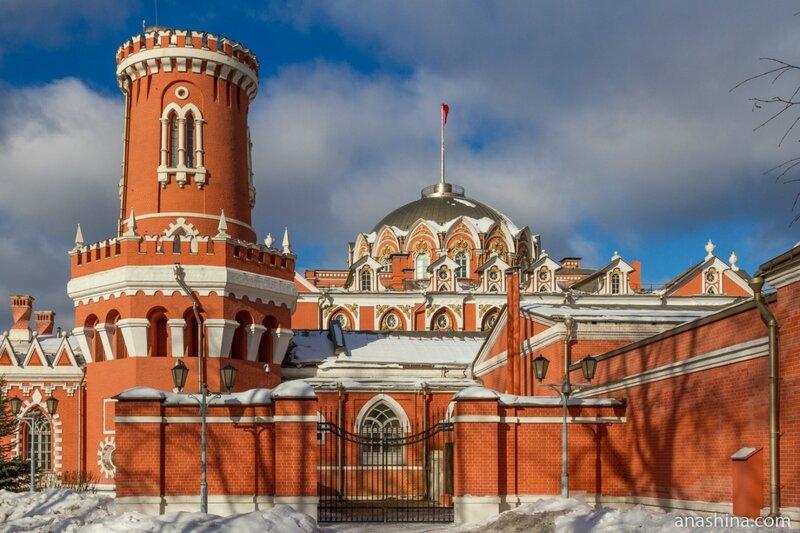 Петровский путевой дворец со стороны Правой дворцовой аллеи