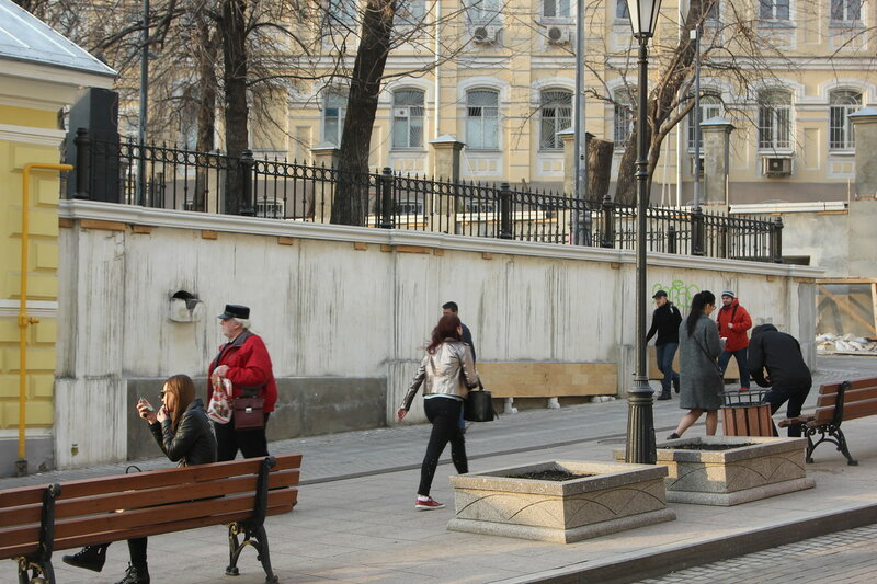 Ограда на углу улицы Забелина и Старосадского переулка