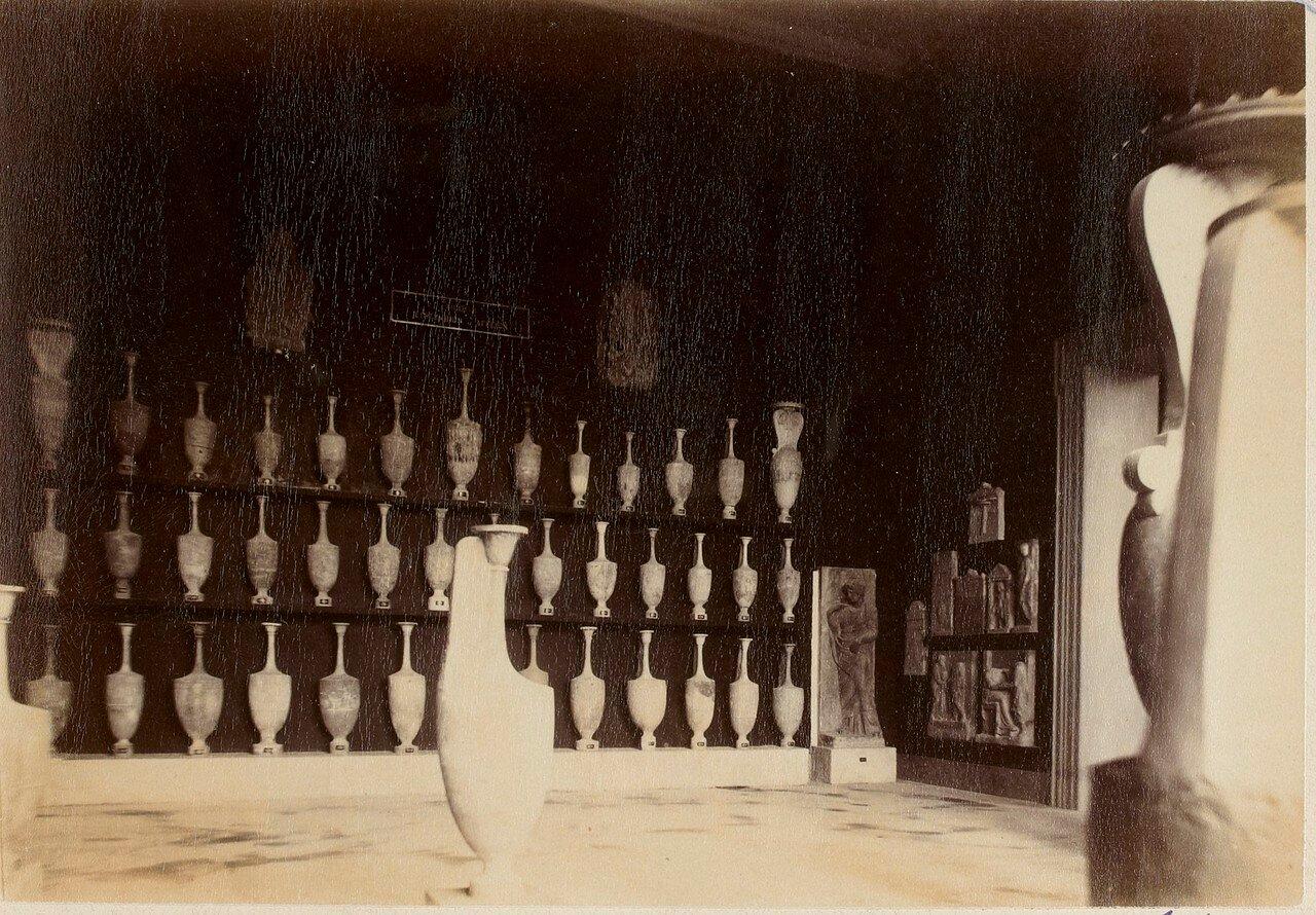 103. Погребальные вазы