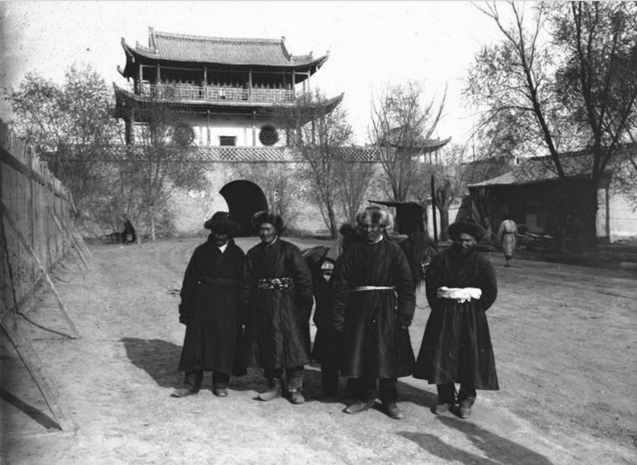 Ваншуганг. Киргизы возле храма