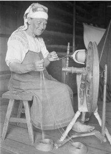 Усть-Луга. Пожилая женщина за пряжей