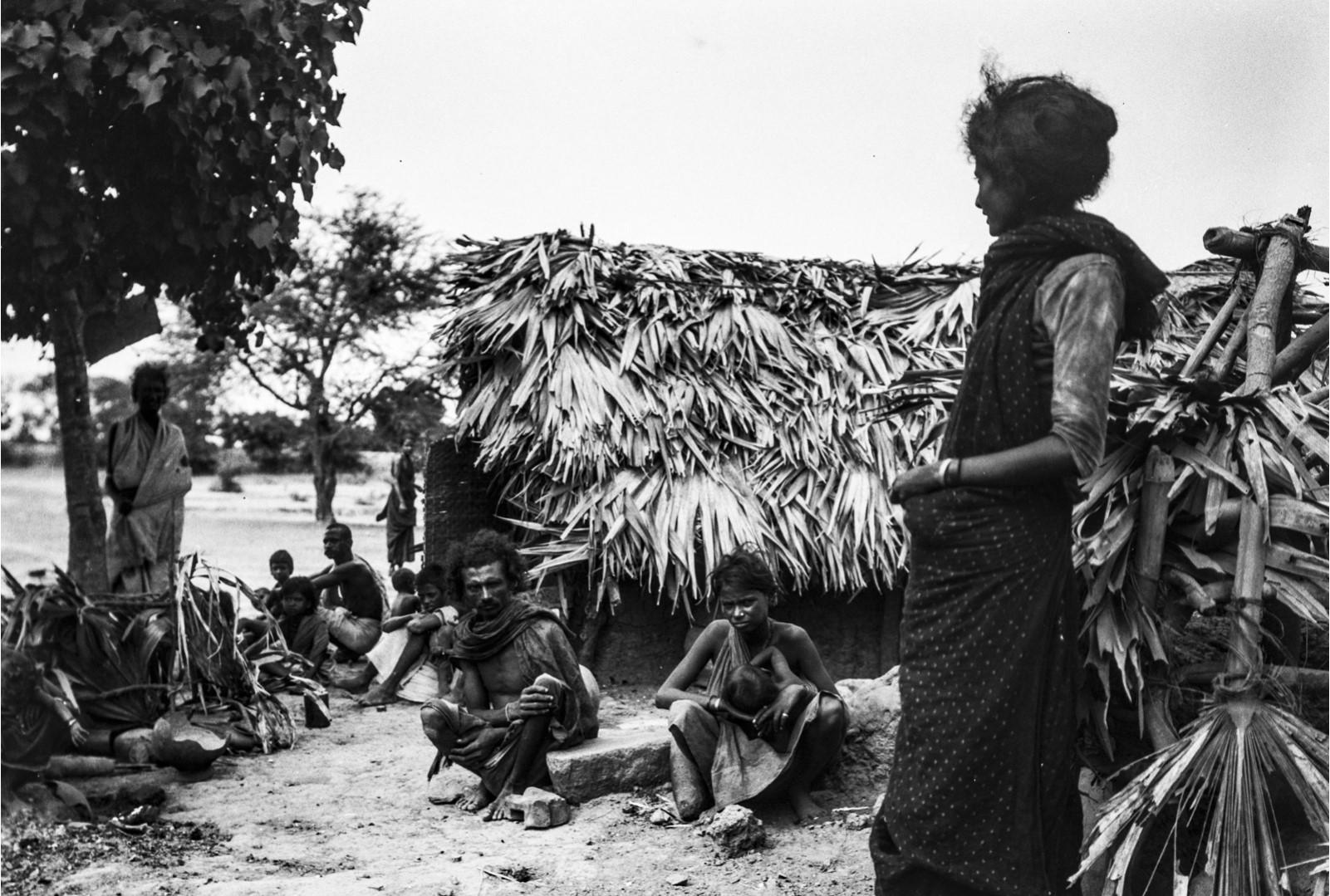 475. Мадрас. Люди касты корава возле хижины