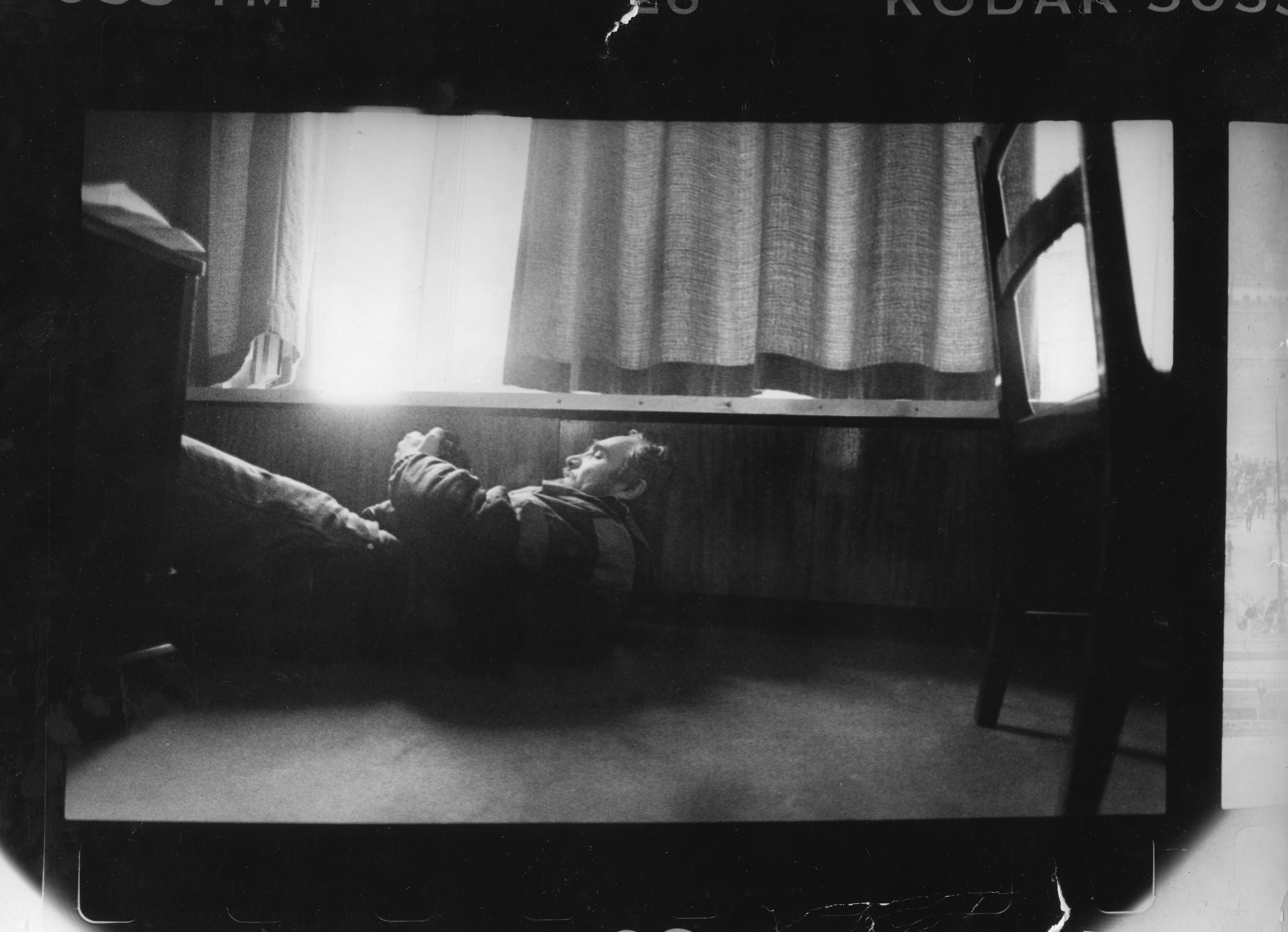 Фотокорреспондент газеты «Moscow Times» Владимир Филонов нырнул, чтобы избежать снайперского огня, когда он снимает фотографии из окна гостиницы напротив Дома Советов