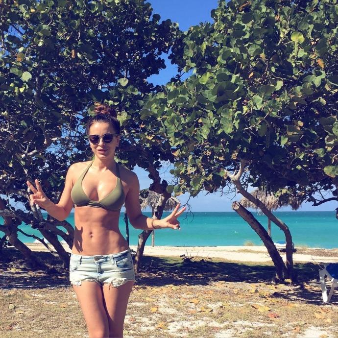 Сексуальная Ани Лорак обнародовала в Инстаграм фото своего фигуристого тела