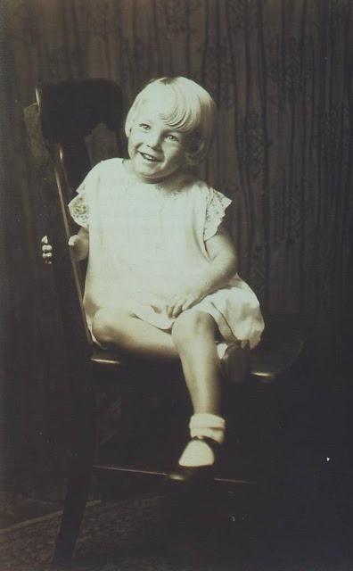 У девочки был только один выход — найти мужа. Она вышла замуж за друга Джимми Догерти 19 июня 1942 г