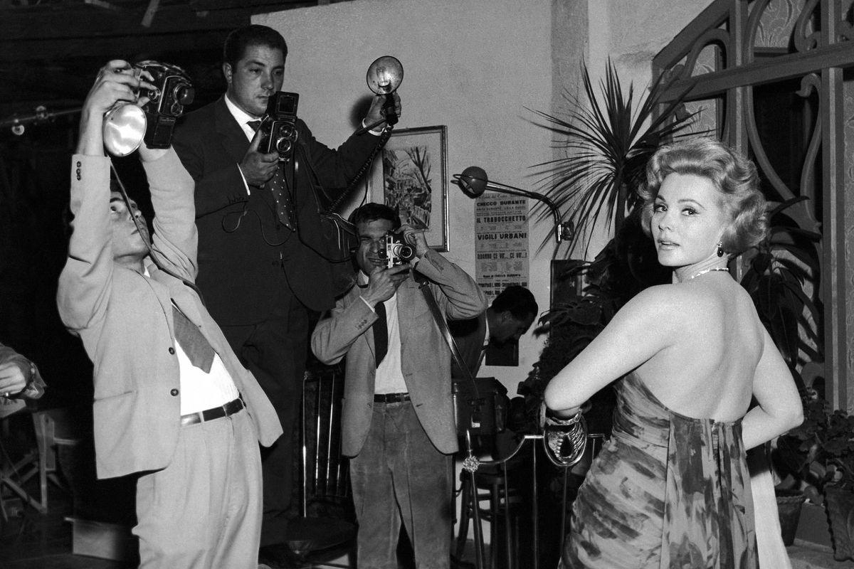 Актриса Жа Жа Габор с фотографами на торжественном приеме в киностудии Incom в Риме 2 октября 1958 г