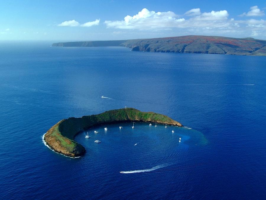 4. Молокини. Молокини — это крошечный остров, расположенный в 4 км от побережья острова Маури. Он по