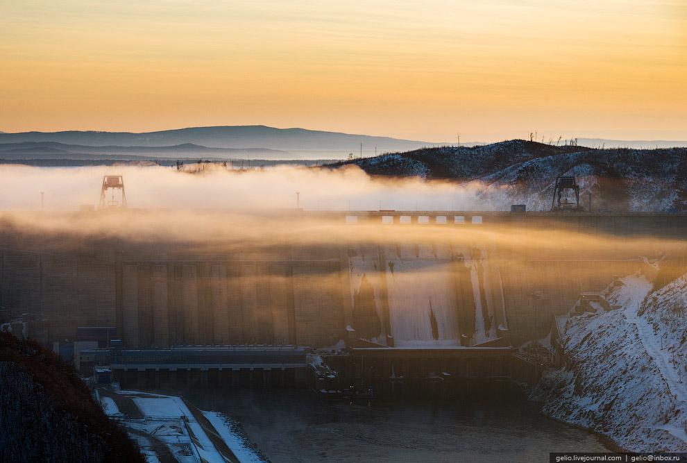 Бетонная гравитационная плотина длиной 744 метров: