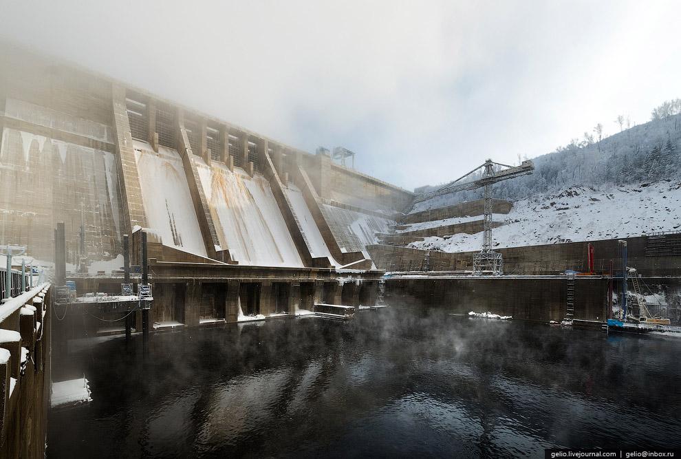 К турбинам вода подводится по шести огромным железобетонным водоводам: