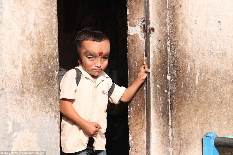 Мальчик родился в бедной семье. Его отец — простой рабочий, который зарабатывает меньше пяти дол