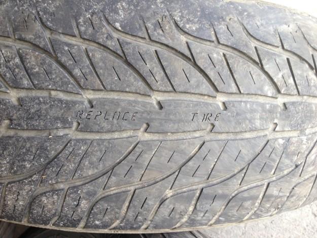 Когда протектор стирается, на шине проявляется надпись: «Замените шину».