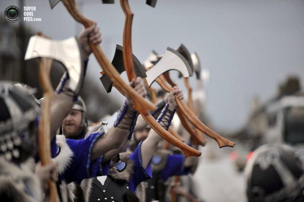 Взмахи топорами. (ANDY BUCHANAN/AFP/Getty Images)
