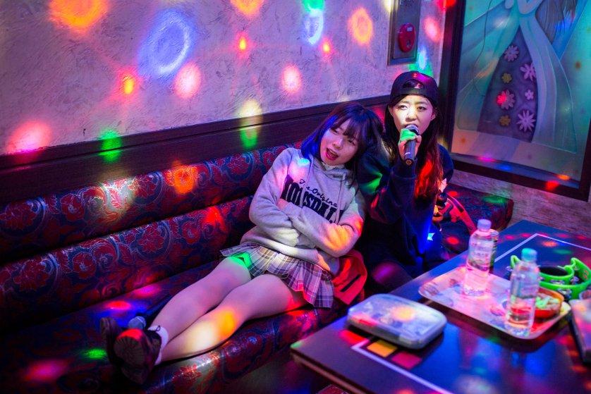 Кьёнг-ок и Сара проводят время в норебанге — комнате караоке. Когда Кьёнг-ок только приехала в Южную