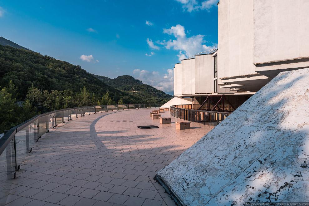12. Главный вход в пансионат расположен на уровне подъездной площади на пятом этаже.