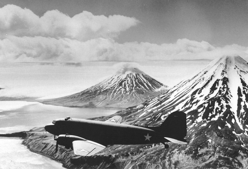 12. Первый губернатор Аляски Уильям Иган и сенатор США Боб Бартлетт. Аляска объявлена новым шта