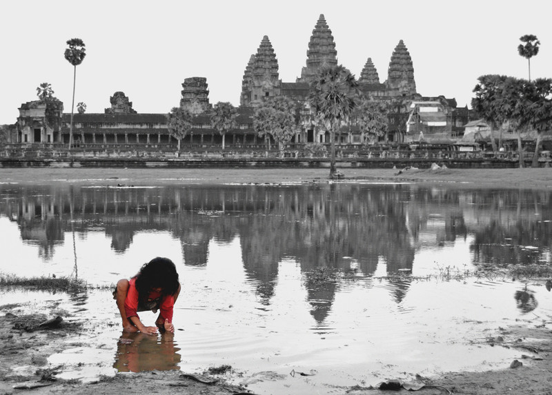 За всемирно известным индуистским храмовым комплексом Ангкор-Ват в Камбодже плещется болото.
