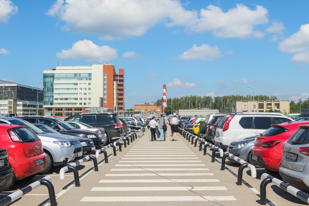 По длинному пешеходному переходу — до заветного здания слева.