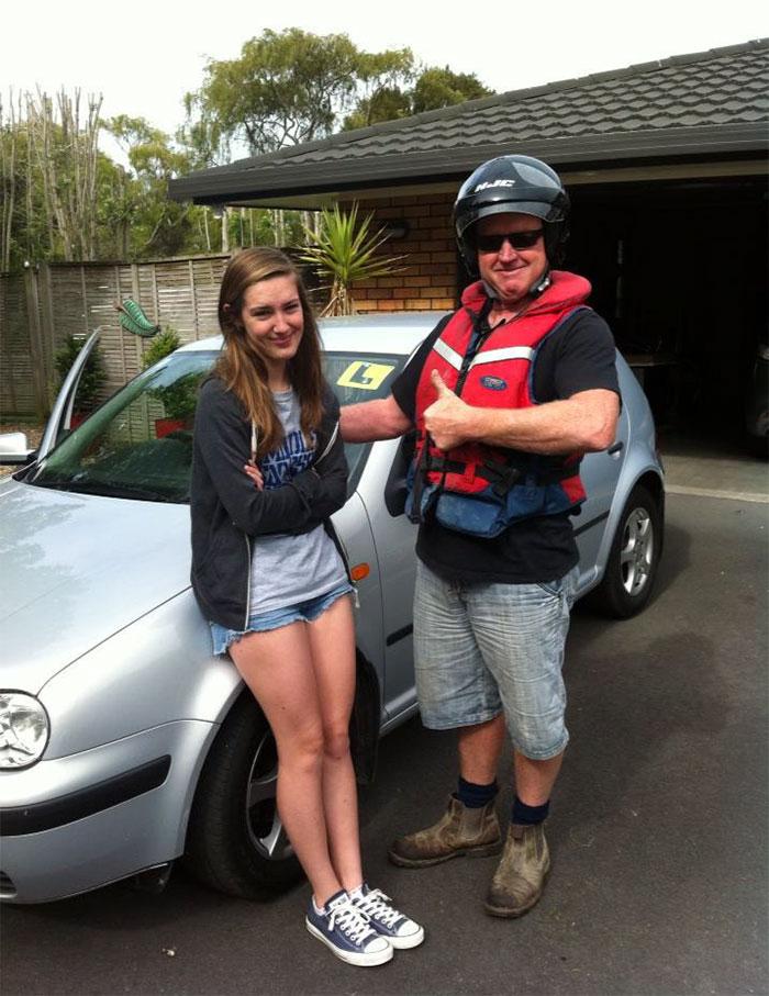 Отец решил поучить дочь вождению. Первый урок.