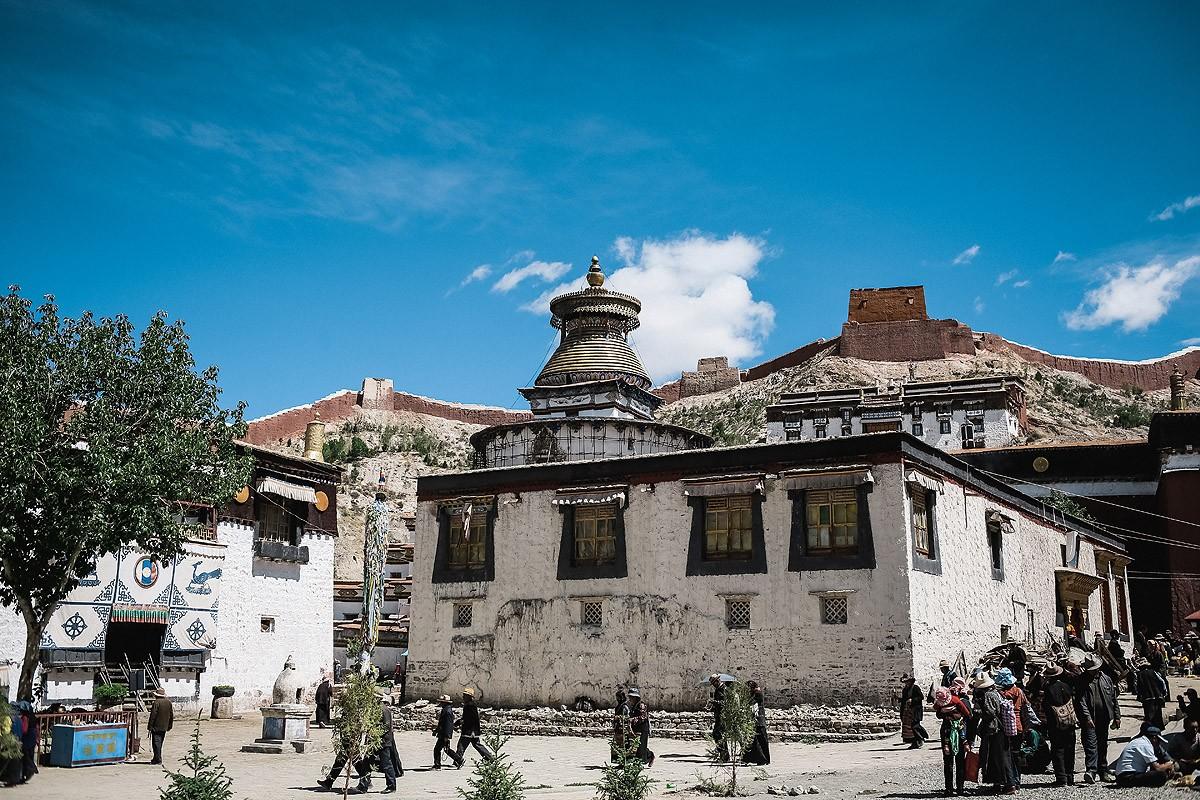20. Вокруг основного храма находятся учебные здания, где учатся молодые монахи.