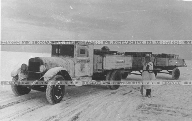 Машины, груженые боеприпасами для Ленинграда, на трассе. 1942 г.