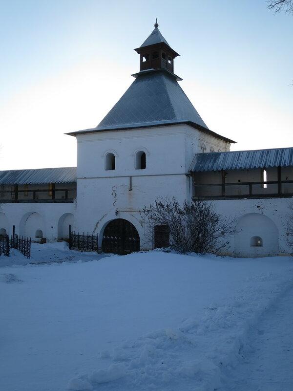 Спасо-Прилуцкий монастырь. Водяная проездная башня с внутренней стороны