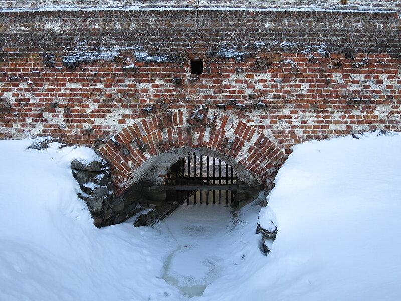 Кирилло-Белозерский монастырь. Северо-западная стена, место, где река протекает через стены крепости