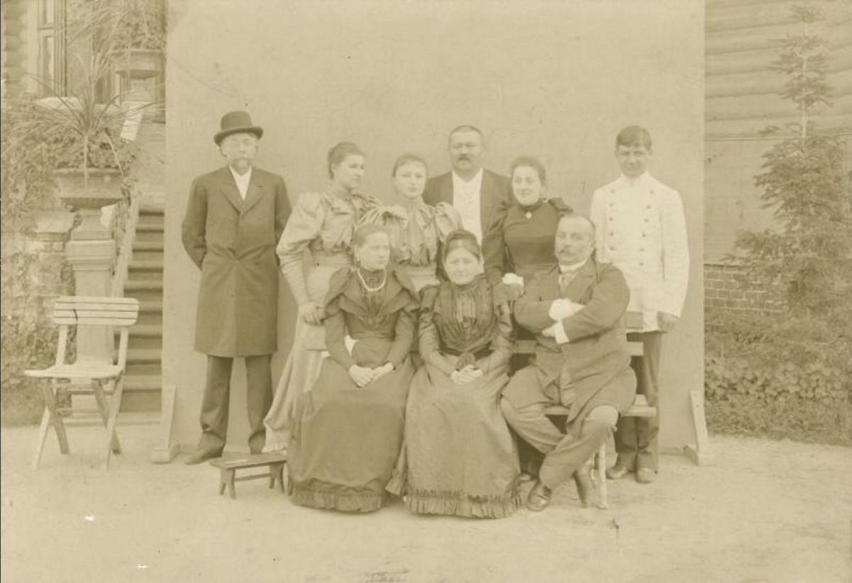 1880-е. Портрет семьи Морозовых. В центре стоит Савва Тимофеевич Морозов