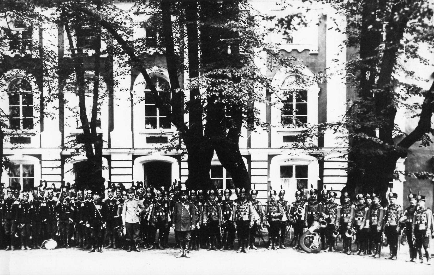 1903. Военные оркестры перед Большим дворцом